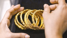 Desperate Indians sell family gold to survive cash crunch